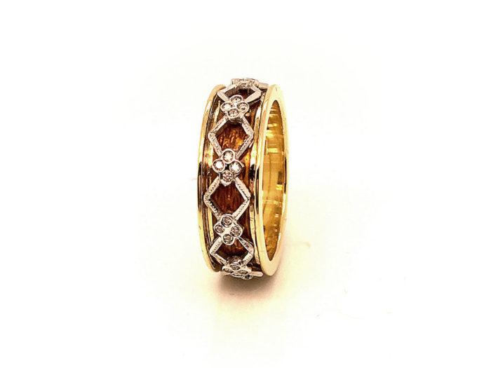 Anello in oro giallo e bianco 18kt g. 6,80 con smalti a fuoco translucidi e 40 diamanti naturali taglio brillante colore H Vs