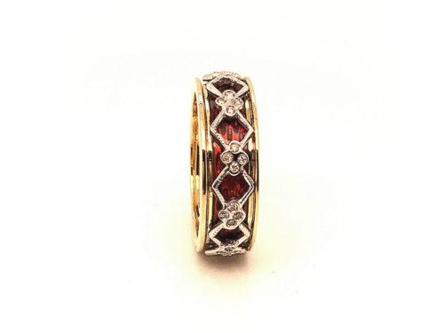 Anello in oro giallo e bianco 18kt g. 6,40 con smalti a fuoco translucidi e 40 diamanti naturali taglio brillante