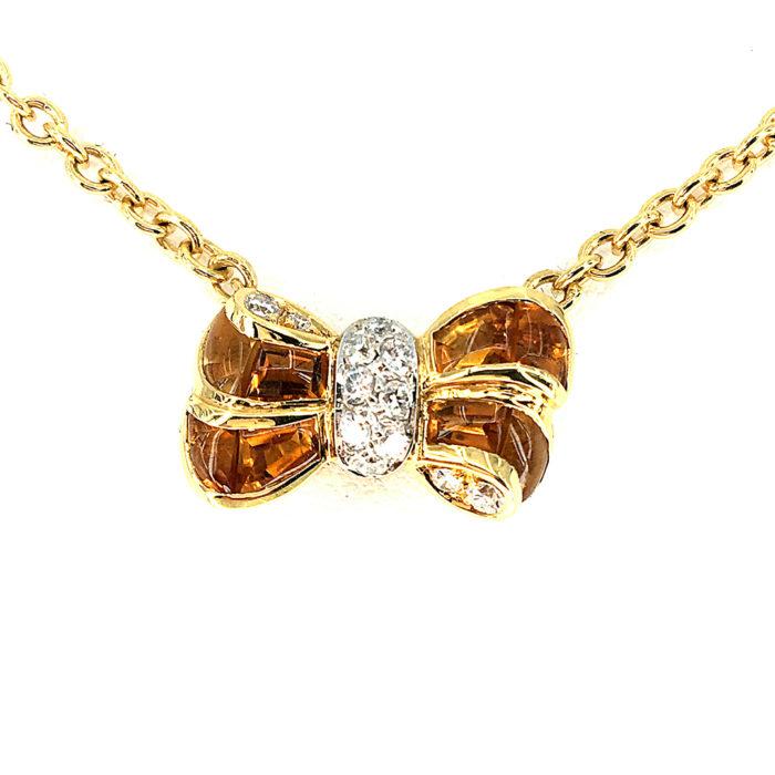 Collana in oro giallo e bianco 18kt g. 11,60 con 14 citrini cabocon (nel fiocco sfaccettate sotto e ritagliate su misura) e 12 diamanti naturali taglio brillante Colore G. vs 0,25 cts. Lunghezza cm 40