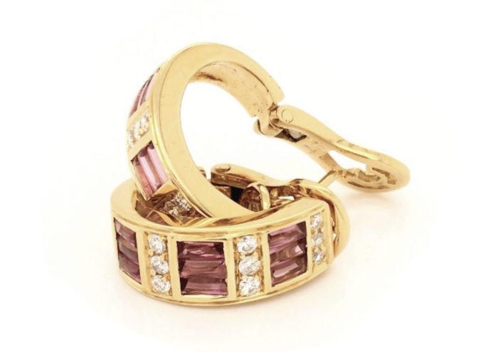 orecchini-in-oro-giallo-18kt-g-1080-con-18-baguettes-in-tormalina-rosa-taglio-cabocon-sfaccettate-sotto-cts-140-e-24-diamanti-naturali-taglio-brillante-colore-g-vs-048-cts