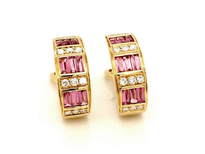 Orecchini in oro giallo 18kt g. 10,80 con 18 baguettes in tormalina rosa taglio cabocon (sfaccettate sotto) cts 1,40 e 24 diamanti naturali taglio brillante Colore G VS 0,48 cts