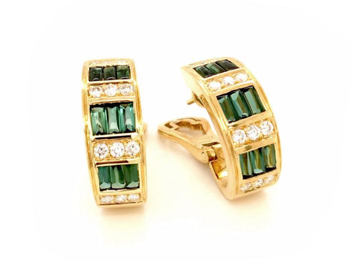 Orecchini in oro giallo 18kt g. 10,90 con 18 baguettes in tormalina verde taglio cabocon (sfaccettate sotto) cts. 1,48 e 24 diamanti naturali taglio brillante 0,48 cts