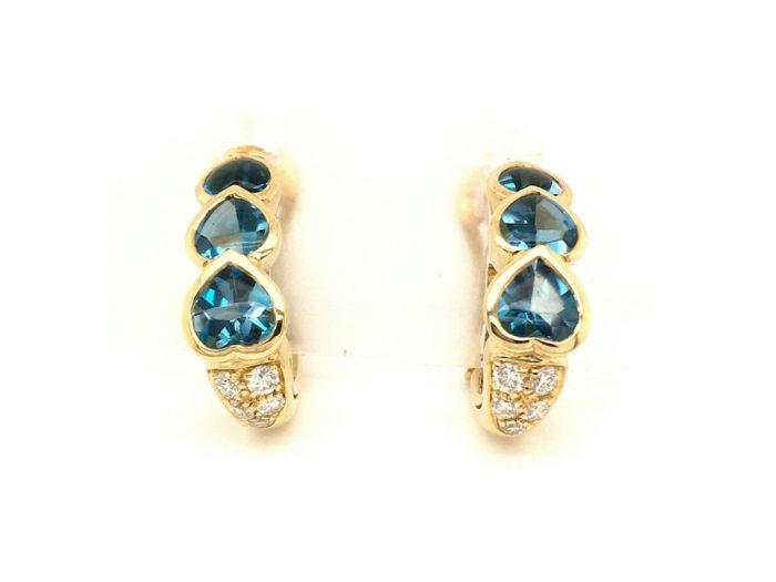 Orecchini in oro giallo 18kt g. 11,30 Con topazi azzurri taglio cabocon fondo sfaccettato cts. 4,28 e 10 diamanti naturali taglio brillante Colore G VS 0,42 cts